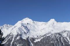 Hohe Berge unter Schnee im Winter Stockfotografie