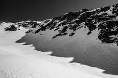 Hohe Berge unter Schnee im Winter Stockbilder