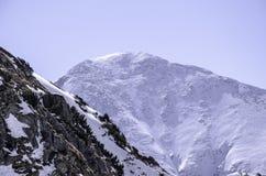 Hohe Berge unter Schnee im Winter Lizenzfreie Stockbilder