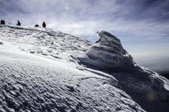 Hohe Berge unter Schnee im Winter Lizenzfreie Stockfotos