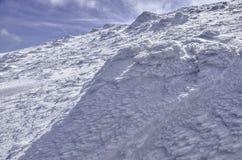 Hohe Berge unter Schnee im Winter Stockfotos