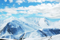 Hohe Berge unter Schnee im Winter Lizenzfreie Stockfotografie