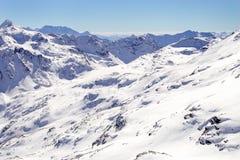 Hohe Berge unter Schnee im Winter Neigen Sie sich auf den Skifahrenerholungsort, europäische Alpen Lizenzfreies Stockbild