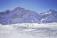 Hohe Berge unter Schnee im Winter Neigen Sie sich auf den Skifahrenerholungsort, europäische Alpen Stockbild