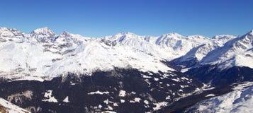Hohe Berge unter Schnee im Winter Neigen Sie sich auf den Skifahrenerholungsort, europäische Alpen Stockfotos