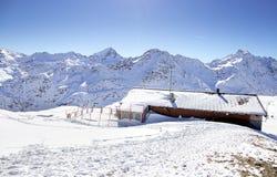 Hohe Berge unter Schnee im Winter Steigung auf Skifahrenerholungsort Stockfotografie
