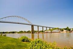 Hohe Brücke über Kanal lizenzfreies stockfoto