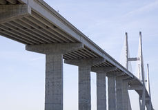 Hohe Brücke durch alte Straße Lizenzfreie Stockfotos
