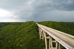 Hohe Brücke in einem stürmischen Wetter stockbild