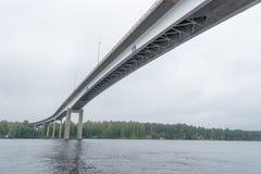 Hohe Brücke in Puumala, Finnland lizenzfreie stockfotografie