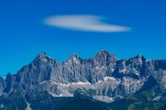 Hohe Dachstein在奥地利和一朵白色软的云彩的山脉 免版税图库摄影