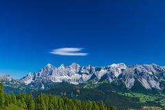 Hohe Dachstein山脉在有一朵软的白色云彩的奥地利 库存图片
