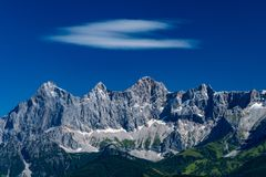 Hohe Dachstein山脉在有一朵软的白色云彩的奥地利 库存照片