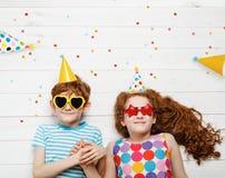 Hohe Draufsicht mit gl?cklichen Kindern auf Karnevalspartei lizenzfreie stockfotografie
