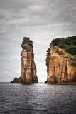 Hohe felsige Klippe im Ozean lizenzfreies stockbild