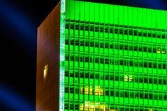 Hohe Fenster des grünen Gebäudes Stockfotografie