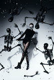 Hohe furchtsame Frau mit den schwarzen Skeletten Lizenzfreies Stockfoto