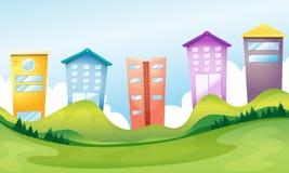 Hohe Gebäude über den Hügeln Lizenzfreies Stockfoto