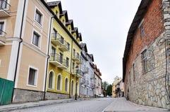 Hohe Gebäude auf der Straße stockfotografie