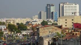 Hohe Gebäude, die über die alte und schädigende steigen Stockfotos