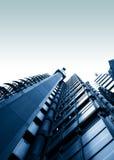 Hohe Gebäude, die oben schauen stockbilder