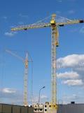 Hohe Gebäude im Bau laufend. Stockfotos