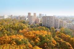 Hohe Gebäude und gelbe Bäume im Park Stockfotos