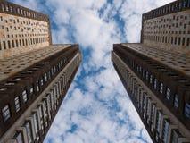 Hohe Gebäudeansicht von der Unterseite Stockbild