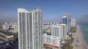 Hohe große Wolkenkratzer auf Küstenlinie Sandstrandufer des Sommermeerblicks 4k Miamis Florida des im Stadtzentrum gelegenen Luft stock footage
