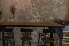 Hohe hölzerne Tabelle auf Zementwandhintergrund Stockfotos