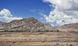 Hohe Himalajaberge, wie vom kleinen Dorf von Nimmu in Ladakah, Jammu und Kashmir, Indien gesehen lizenzfreies stockfoto