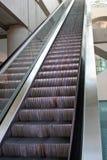 Hohe, hohe Rolltreppe Stockfoto