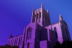 Hohe im Stadtzentrum gelegene katholische Kirche Los Angeless im Dämmerungspurpurdunst stockfotos