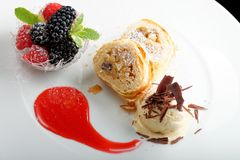 Hohe Küche, Strudel mit Eiscreme und Beerennachtisch auf Restauranttabelle Stockbilder