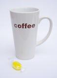 Hohe Kaffeetasse mit Sorbettbonbon. Lizenzfreie Stockfotografie