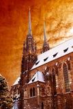 Hohe Kathedrale und drastischer Himmel Stockfoto