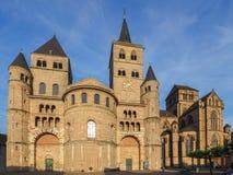 Hohe Kathedrale von St Peter im Trier stockbild