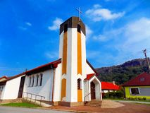 Hohe Kirche im Dorf Stockfotografie