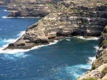 Hohe Klippe auf dem Meer mit Wellen Stockfotos