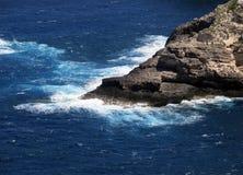 Hohe Klippe auf dem Meer mit Wellen Stockbilder
