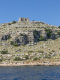 Hohe Klippe in Kornati-Inseln Kroatien mit Schloss Lizenzfreie Stockfotografie