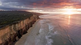 Hohe Klippenwand über Meer 04 stockfoto