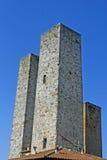 Hohe Kontrolltürme des alten mittelalterlichen Dorfs Stockbilder