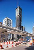 Hohe Kontrolltürme und eine neue Metrozeile des Scheichs Zaye Lizenzfreie Stockfotografie