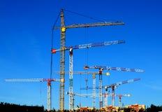 Hohe Kräne für Bau Stockfoto