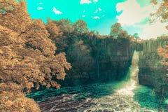 Hohe Kraft-Wasserfallansichten vom Südufer der Fluss-T-Stücke Stockbilder