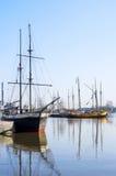Hohe Lieferungen angekoppelt in Helsinki-Hafen Lizenzfreie Stockfotografie