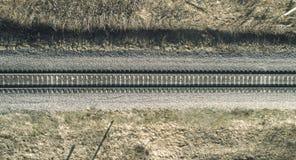 Hohe Luftbrummenansicht einer Eisenbahn über den Frühlingswaldländlichen Plätzen stockbild