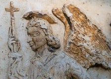 Hohe Marmorentlastung eines Engels mit einem Kreuz in seiner Hand Lizenzfreies Stockfoto