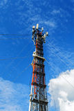 Hohe Mastmetallbautelekommunikation auf Turm mit blauem s stockfoto